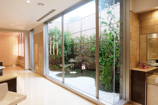 画像: 開放感のある日本庭園でリフレッシュ
