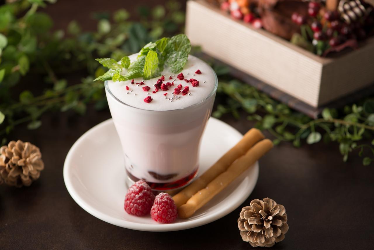 画像: 4:「ホワイトクリスマス」1,000円 香り高いビターチョコレートを贅沢に使用し、熱々のミルクを注いだホットチョコレート。温かなミルクに、チョコレートとストロベリーシロップの甘酸っぱさが絶妙な、冬の寒さにピッタリな心温まるホットドリンクです。別添えのグリッシーニの塩味とラズベリーの酸味で、味の変化もお楽しみください。