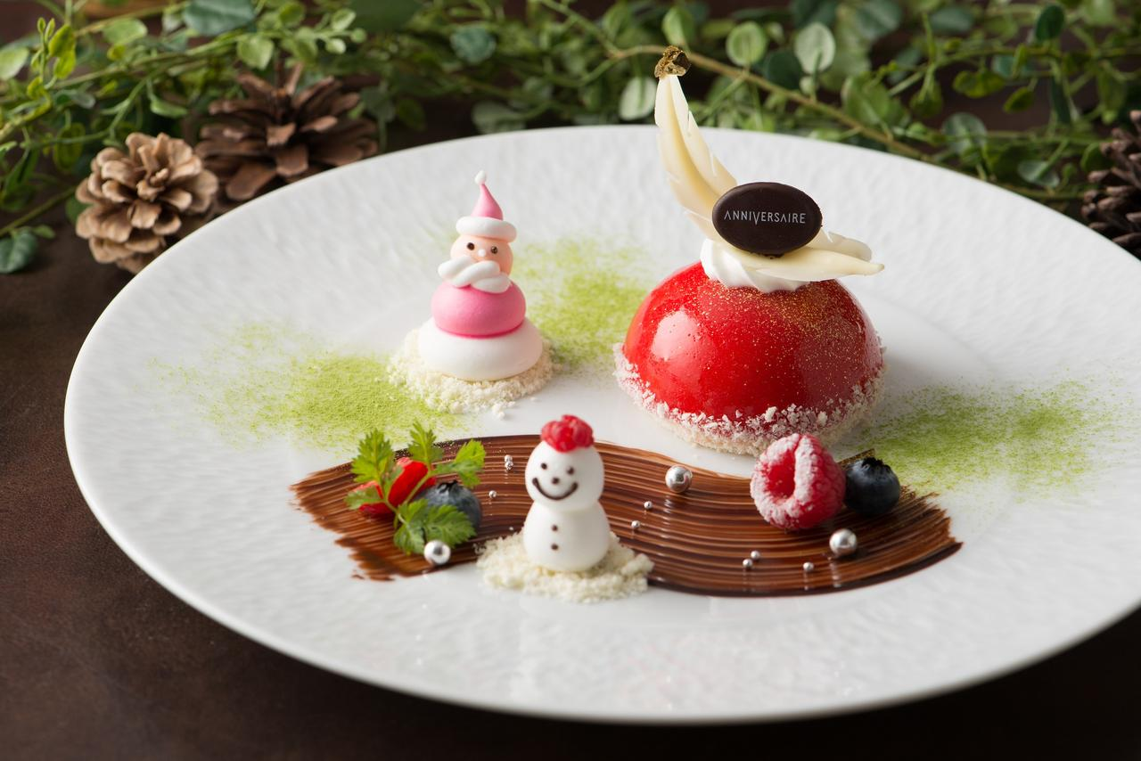 画像: 5:<デザート>アニヴェルセル・ルージュ シャンパーニュの香りとバニラの風味豊かな、甘さを抑えたシャンパンムースのクリスマスデザート。手作りのサンタと雪だるまが愛らしい、見た目は可愛く味は大人な1品です。