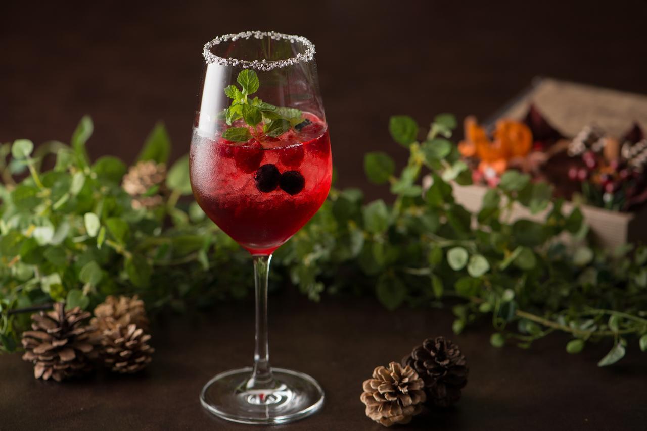 画像: 2:「トワイライトリース」1,200円 すっきり味のクランベリージュースに、相性の良いベリー類とミントが爽やかに香るスパークリングワインをベースしたカクテル。光が透ける透明感が美しい、クリスマスカクテルです。