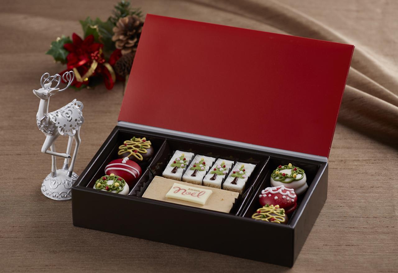 画像: *販売店舗はクリスマスケーキと同様 クリスマスをイメージしたプティフールはこの時期のプレゼントやホームパーティに大活躍。幸せを分かち合えるよう願いをこめたプティフール5種類をご用意しました。 商品内容: パウンドケーキ(ノエルプレート付)、 カットパウンドケーキ(メープルオレンジ)、 ソフトクッキー(カシス、マロン、プラリネ) 価格  : 各2,700円(税込) 販売期間: 12月1日(木)~25日(日)