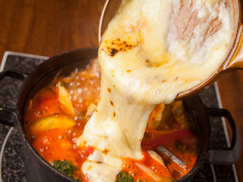 画像: トマトや紅芯大根、カラージャガイモ、ブロッコリーやオクラなど十種類以上の彩り鮮やかな野菜を盛り込みこだわりのトマトスープで煮込みました。具材に火が通ったら、仕上げに野菜と相性抜群の熱々濃厚な「ラクレットチーズ」をとろーりかけた瞬間を逃さずどうぞ! トマトチーズリゾットで〆て、最後の一滴までお召し上がりください。