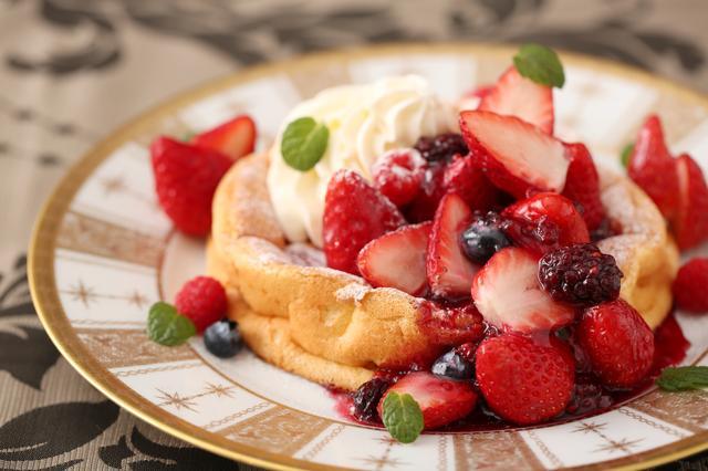画像2: ■カフェラウンジ「W Café」ではショコラと苺が絶妙にマッチした大人味の『ショコラストロベリーアフタヌーンティー』と、フレッシュ苺15粒をトッピングした『窯だしふわふわ 苺のパンケーキ』