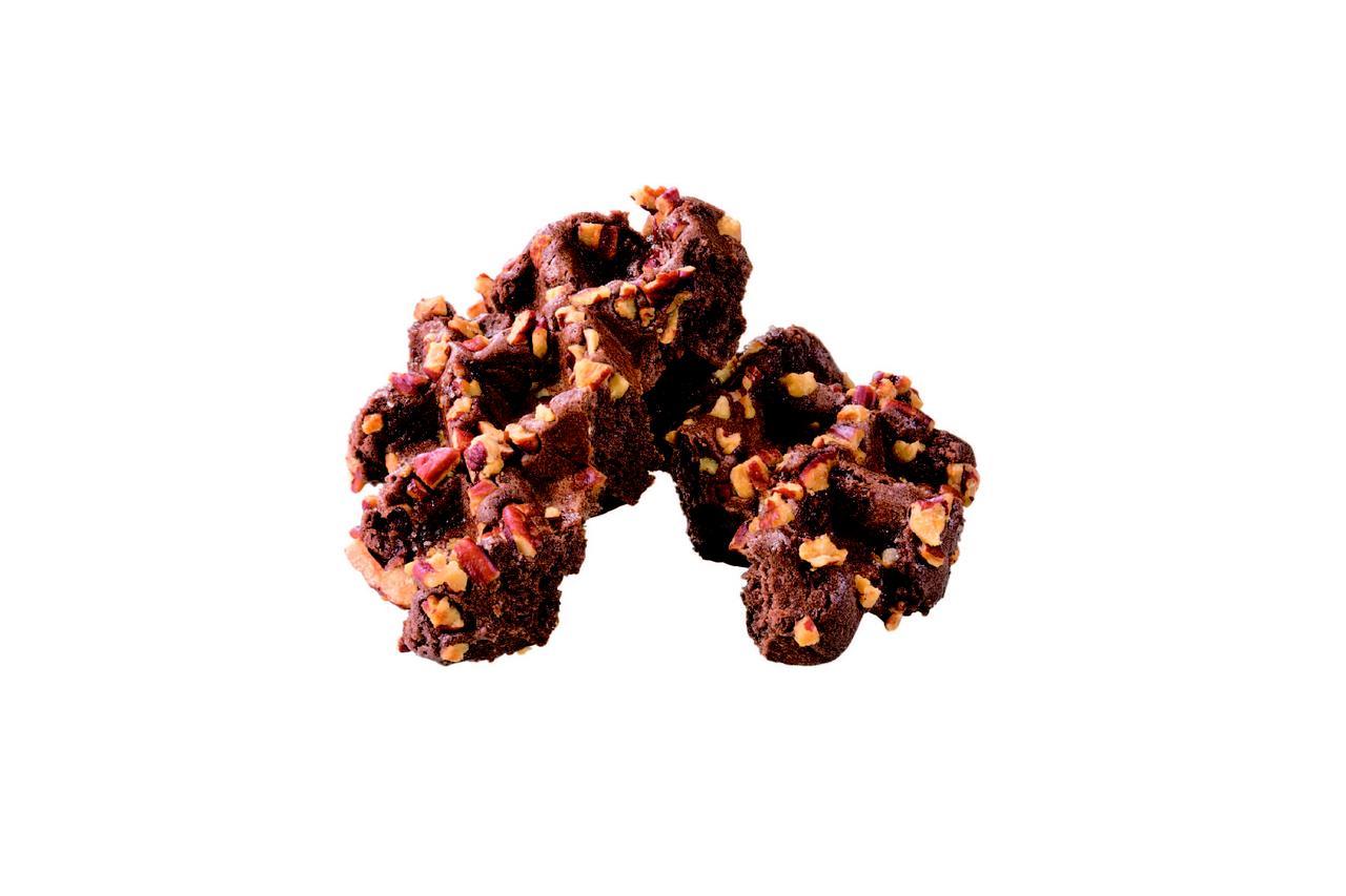 画像: ピーカンナッツ プレーンチョコレートの生地の表面に、ピーカンナッツを散りばめて焼き上げます。 ピーカンナッツの食感が楽しい商品です。 230 円