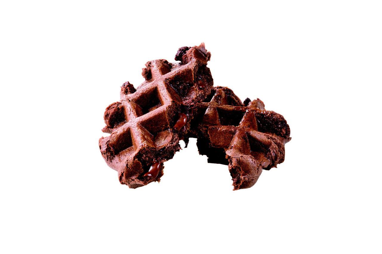 画像: チョコチップ プレーンチョコレート生地にチ ョコチップを包み、焼き上げました。やさしい甘さのチョコレート生地と、ビターなチョコチップの相性はばっちりです。 230 円