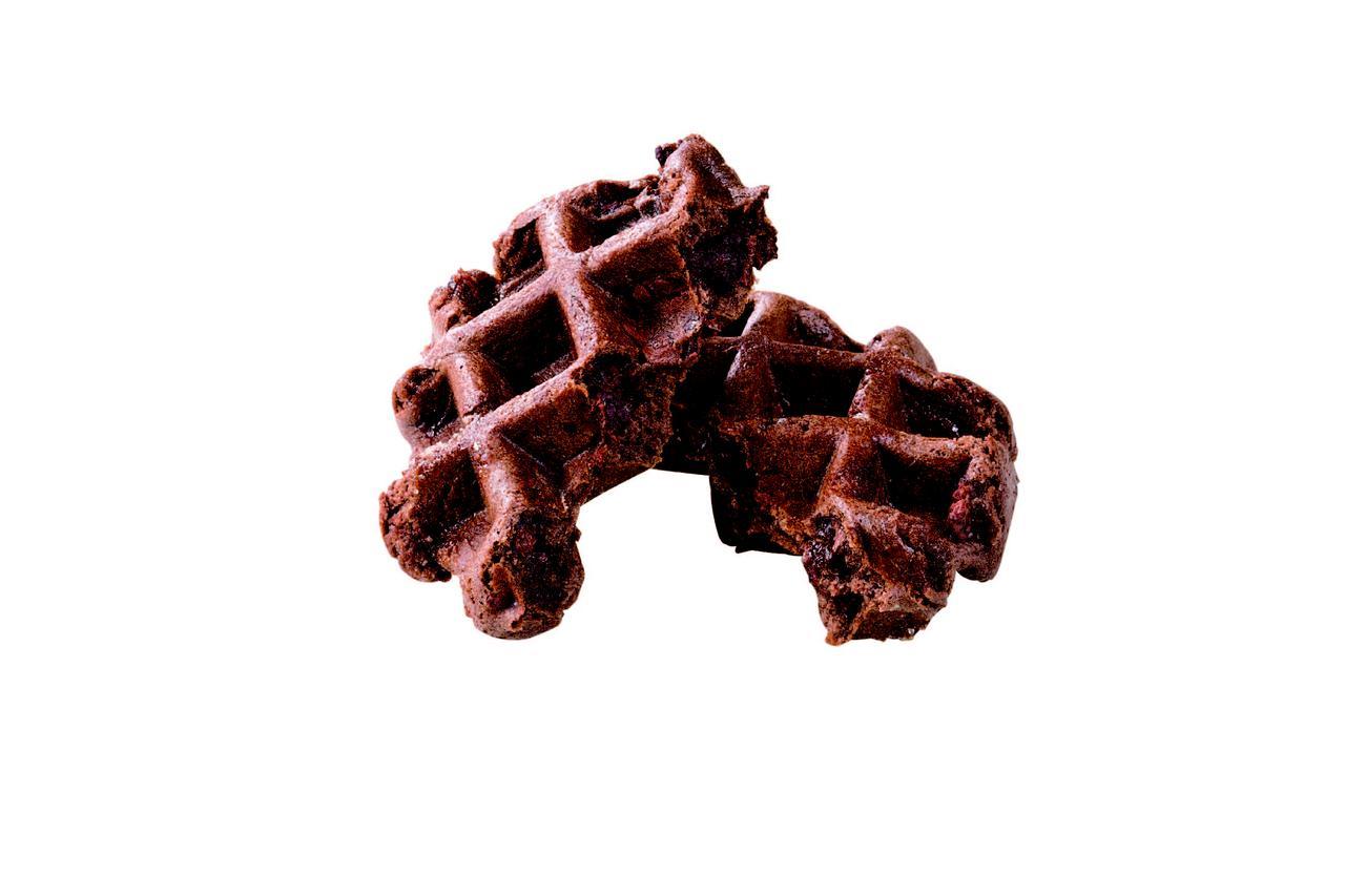 画像: プレーン チョコレート 生地にクーベルチュールチョコレートを練りこんで焼き上げました。チョコレートの量を調 節しているので、甘すぎない 大人の味です。 190 円