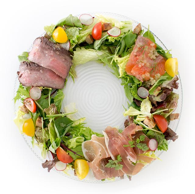 画像: フォアグラの入った前菜のサラダ仕立て クリスマスリース風