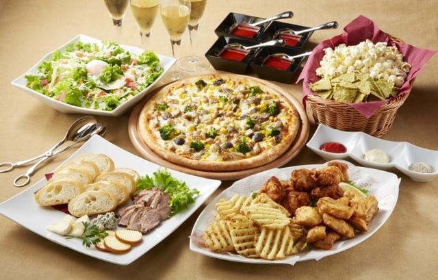 画像: ■洋の宴コース マイク片手に食べやすい前菜や、トリュフソースと奥三河どりを使ったぜいたくなピザを中心としたコース