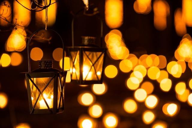 画像: ランタンのあたたかな灯が輝く聖なる夜