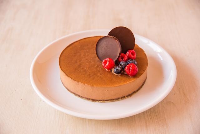 画像: Raw クリスマスリッチショコラケーキ ¥5,200 口当たりの良い滑らかなケーキ。ローカカオ本来の香りと美味しさをお楽しみください。