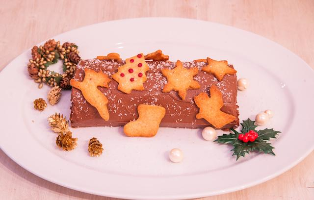 画像: クリスマスケーキ グルテンフリー ブッシュドノエル ¥4,900 しっとりロールケーキと濃厚なカカオクリームたっぷりのロールケーキ。クッキーのデコレーションはご自身でお楽しみください。