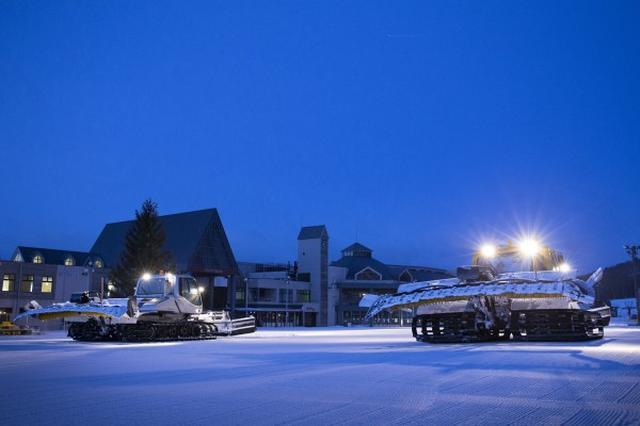 画像: ナイター営業前に全面圧雪、最高のコンディションに整えます