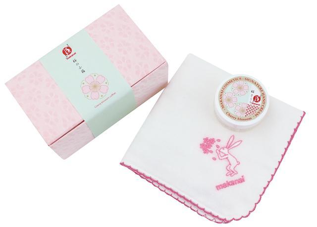 画像: 桜の小箱 桜色のかわいらしい小箱には、おめかしハンカチと和コスメの詰め合わせ。 ハンカチの表面には、ブランドキャラクターのうさぎがお花見をするオリジナル刺繍入り。 裏面は、軽くお肌に当てるだけで皮脂がとれる素材になっており、お化粧直しにも便利です。 【内容】 ・おめかしハンカチ(桜) ・絶妙レシピのハンドクリーム ミニサイズ(桜) 【価格】¥1,300(税抜) ※ハンカチのみでの販売もございます。 ¥700(税抜)