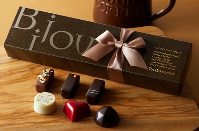 画像: 「タリーズショコラビジュー」 1,200円 プラリネアマンドやオランジュなど6種類のチョコレートのオリジナルアソート。コーヒーと一緒にお楽しみいただけるよう、コーヒー/カフェラテ/ティーと交換できるチケットとセットです。