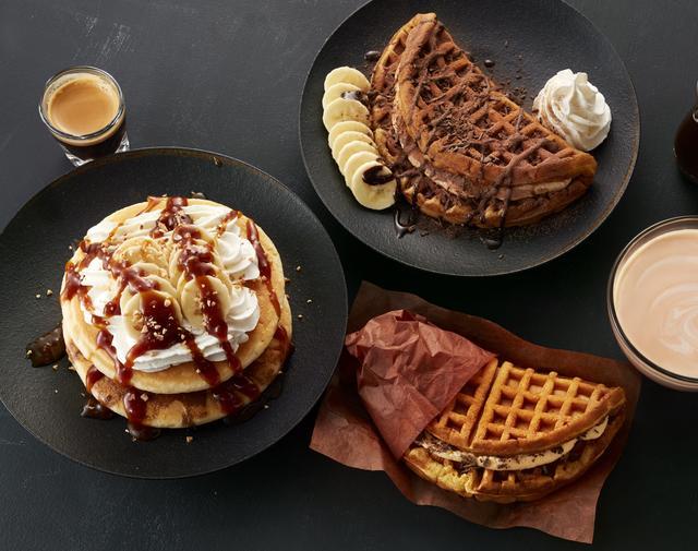 画像: (写真上)「アメリカンワッフルプレート トリプルチョコカスタード with フレッシュバナナ」 780円 ふんわり食感のカスタードムースをアメリカンワッフルで挟みチョコシロップとチョコチップにココアパウダーをトッピングしました。 (写真中段)「T's パンケーキ エスプレッソクリーミーキャラメル」 750円 パンケーキにエスプレッソショットを染み込ませ、ホイップクリームにキャラメルソースをトッピングしました。 (写真下)「アメリカンワッフルサンド チョコチップカスタード」 580円 アメリカンワッフルにカスタードムース&ホイップクリームとチョコチップを合わせたワンハンドで食べられるスイーツ。