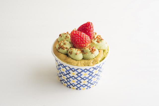 画像: 「ザ・デコレーションシフォン(抹茶)」 抹茶を練り込んだふんわりしっとりとした食感の生地に抹茶ホイップを詰め、抹茶ホイップとアーモンドプラリネ、カットしたいちごでデコレーションしました。