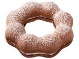 画像: ●ポン・デ・クーベルショコラホイップ(140円) ココア風味のもちもちとした食感の生地で、クーベルチュールチョコ入りホイップをサンドしました。