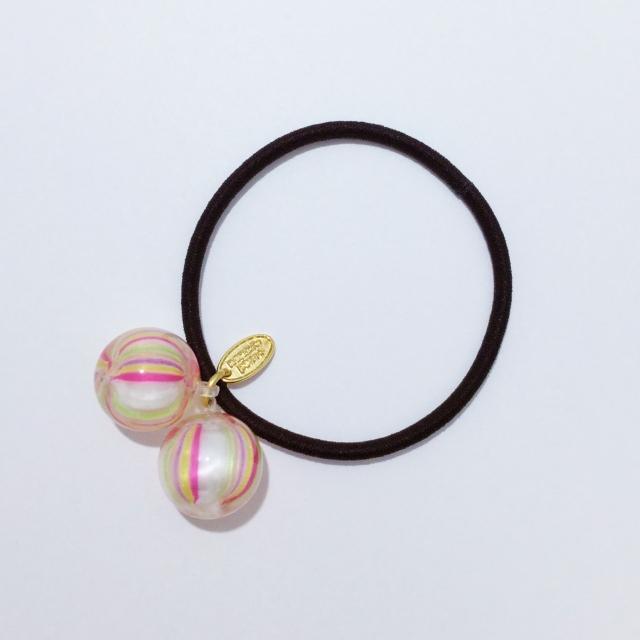 画像: 飴のヘアゴム「小粒てまり錦」 約6g 1,080円(税込) 本物の飴がふた粒ついた人気のヘアゴム