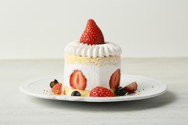 画像: ●ストロベリーピンクスノーショートケーキ(本体価格 800円) <Strawberry pink snow shortcake> やさしい苺のホイップクリームの中にはフレッシュ苺たっぷり。旬の苺を堪能してください。