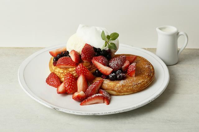 画像: ●メニーベリーパンケーキ ミルクソース(本体価格 1,700円) <Many berry pancake with milk sauce> 苺、ブルーベリー、ラズベリーをふんだんに使用。甘酸っぱいフルーツとフワフワのパンケーキ、アイス、生クリームの相性は抜群です。お好みでミルクソースをかけてお楽しみください。