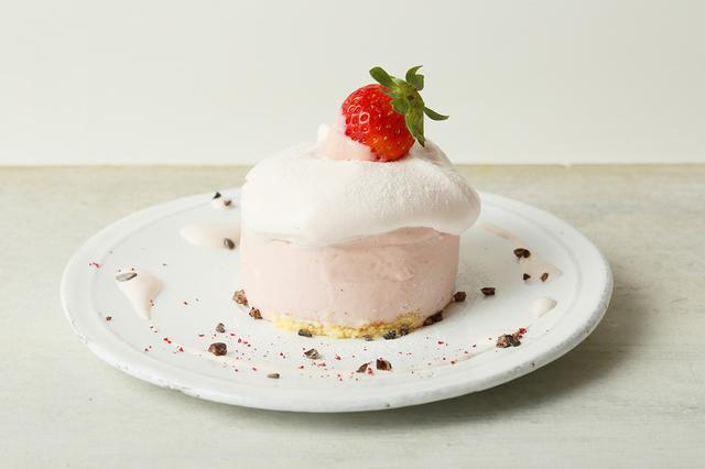 画像: ●ストロベリーパステルピンククリーミームース(本体価格 780円) <Strawberry pastel pink creamy mousse> さっぱりとした酸味の苺を使い、ふんわり軽い口当たりのムースの中に濃厚なガナッシュをいれた苺づくしのデザートです。