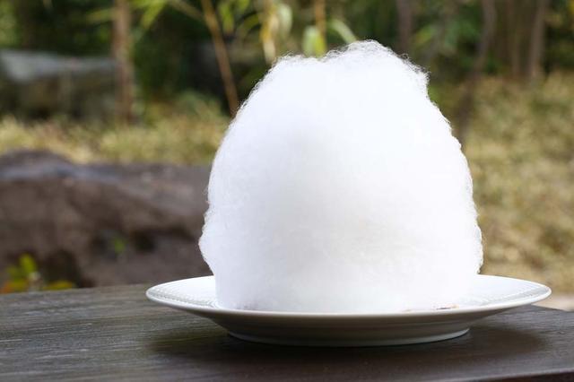 画像2: フランベすると雪のような綿あめの中からモンブランが…!
