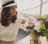 画像: ■フラワースタイリスト 前田有紀さんのコメント この度、Botapii[ボタピー]にて連載をもたせていただくことになりました、前田有紀です。私が日本の生花店で働き始めたのは2014年でしたが、そこからの数年で、日本の生花、園芸を取り巻く環境は大きく変化しているように感じます。園芸が趣味である年配の方だけでなく、若い世代の方が花と緑への関心が高まっているということ。そんな中で、植物への情熱と力強い行動力で、様々な企画を運営しているストロボライトさんに強く共感するようになり、今回の連載でご一緒させていただくことになりました。私自身は、ただいま1児の母親として初めての子育てに奮闘中で、授乳や世話に追われて一日があっという間に過ぎていきます。そんな中で部屋に飾った花が季節の移ろいを、観葉植物が自然の息遣いを、教えてくれています。余裕がない毎日でも、ほんのひとときでも気持ちが和らぎ、花と緑の大切さを実感しています。連載では暮らしに役立つアイデアやストーリーをご紹介することで、草花が皆さんにとってより身近な存在になったら嬉しいです。