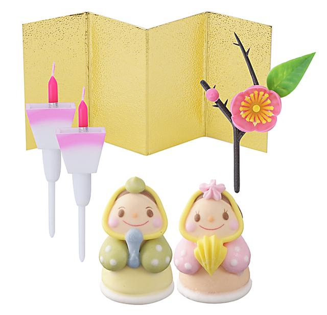 画像: 価 格: ¥350(税込¥378) 特 長: お好きなケーキに飾れるひなまつりデコレーションキットです。砂糖菓子のめびなとおびな、ぼんぼりキャンドルに金屏風がセットされています。楽しく飾ってひなパーティーを盛り上げましょう! (※小麦・卵・乳を使っていません。 特定原材料等:ゼラチン)