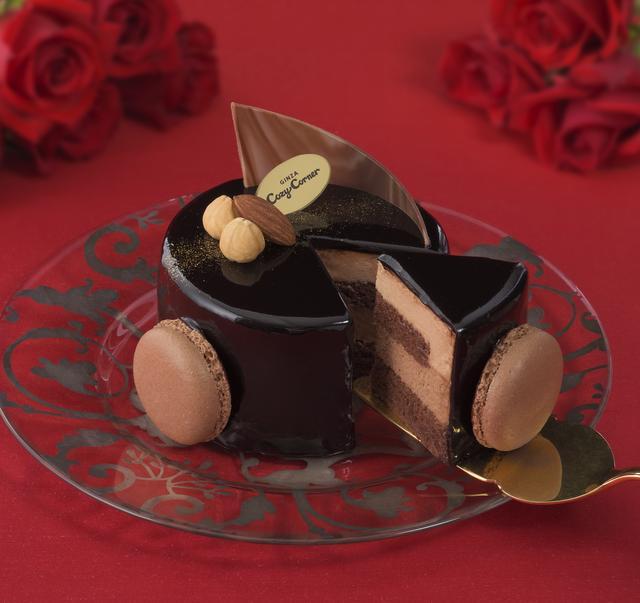 画像: 価 格: ¥1,380(税込¥1,490) 販売期間: 2017年2月1日~2月14日 特 長: チョコスポンジの上にミルクチョコムースとスイートチョコムースを重ね、チョコグラサージュで仕上げました。2人で食べるのにちょうどよい大きさの、バレンタインにぴったりな濃厚チョコケーキです。