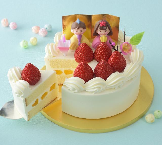 画像: 価 格: 4.5号(直径13.5cm、4~5人分)/¥2,400(税込¥2,592) 5号(直径15cm、5~6人分)/¥2,900(税込¥3,132) 特 長: スポンジの間に、生クリームと桃の節句にちなんで黄桃をサンド。黄桃のほどよい酸味と生クリームのコク&まろやかさが、絶妙に溶け合います。苺を華やかに飾った、お祝いの席にふさわしいケーキです。