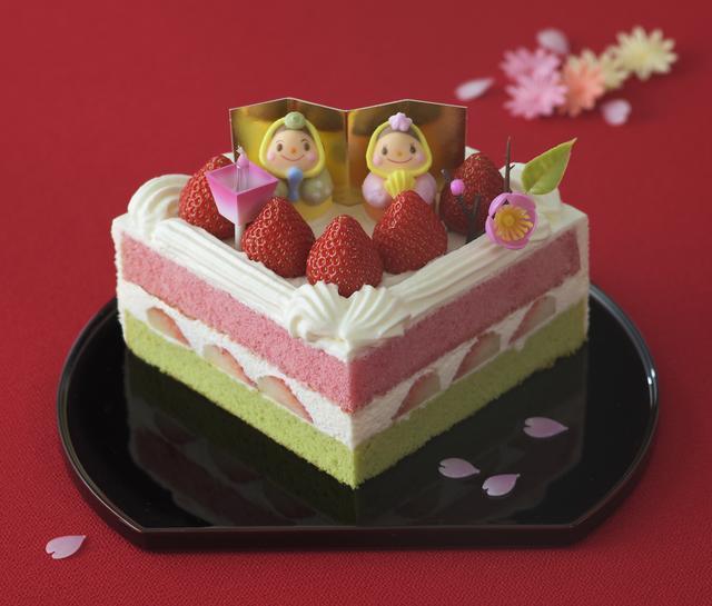画像: 価 格: Sサイズ(一辺12cm、3~4人分)/¥2,600(税込¥2,808) Mサイズ(一辺13cm、4~5人分)/¥3,100(税込¥3,348) 特 長: 抹茶スポンジと苺風味スポンジの間に苺と生クリームをサンドしました。粒より苺とおだいりさま&おひなさまのかわいい砂糖菓子を飾った扇形の華やかなデコレーションケーキ。雪がとけて大地に草が芽生え、桃の花が咲く。白、緑、ピンクにはそんな意味があります。