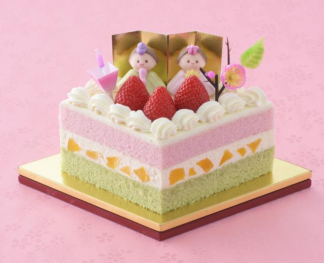 画像: 価 格: 一辺10.5cm、3~4人分/¥2,000(税込¥2,160) 特 長: ひな壇に供える菱餅に見立てたデコレーションケーキ。抹茶スポンジと苺風味スポンジの間に、黄桃と生クリームをサンドしました。女の子のすこやかな成長を願い、彩りゆたかなケーキを囲んでみんなで楽しくお祝いしましょう。