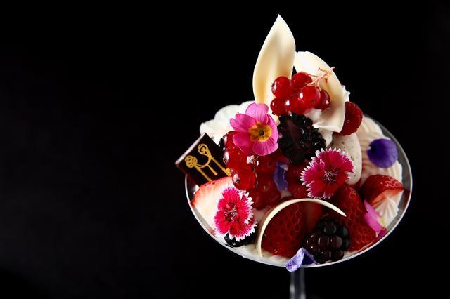 画像: 【赤いベリーと加賀棒茶のビューティーパフェ】 1,500円(消費税込・サービス料別途12%)