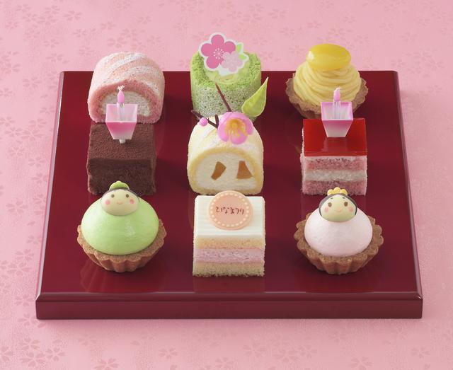画像: 価 格: ¥2,100(税込¥2,268) 特 長: おびなとめびなや桃の花を飾ったプチケーキの詰め合わせ。苺生クリームショートやさくらクリームタルトなど、かわいい春色ケーキでお祝いしましょう。