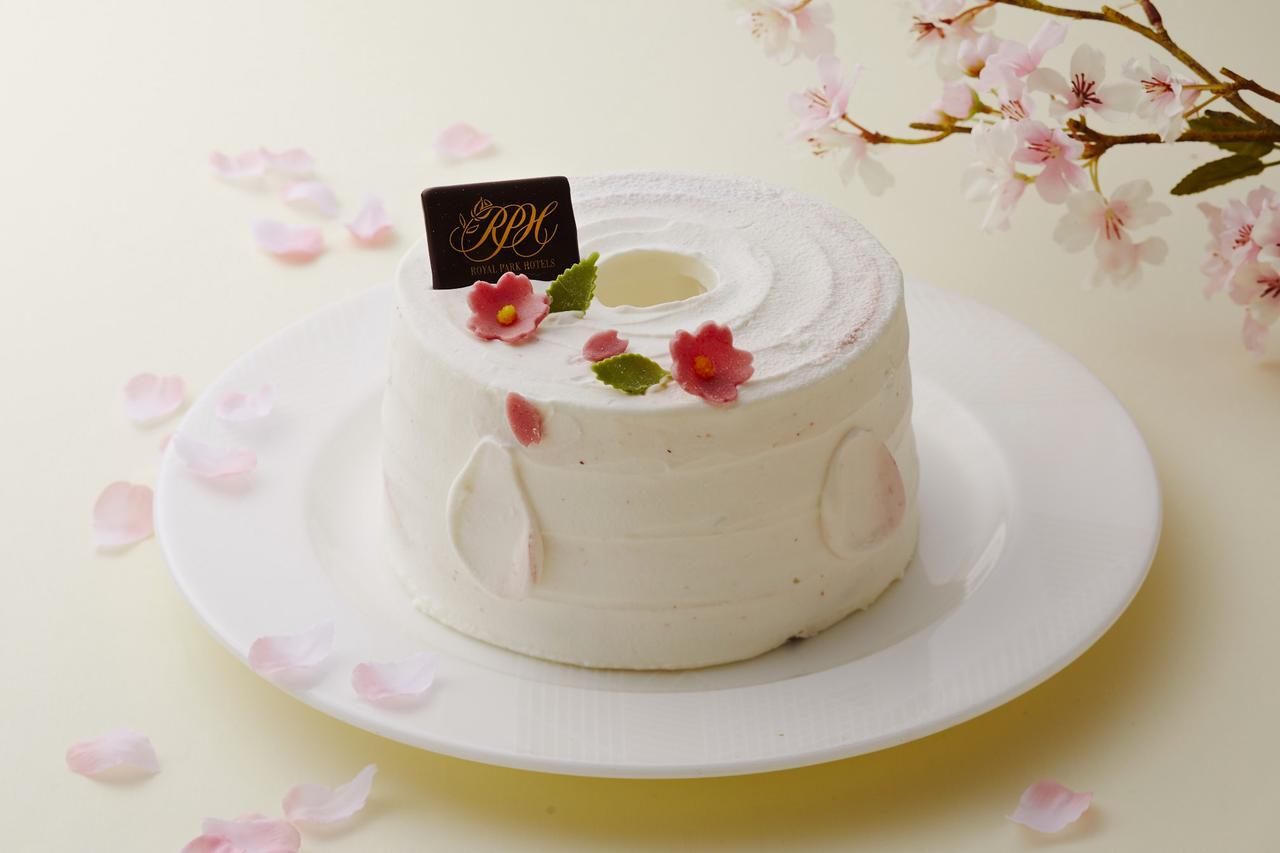 画像: ホワイトとさくら色のマーブルで上品に。ホテルメイドの「さくらのシフォンケーキ」