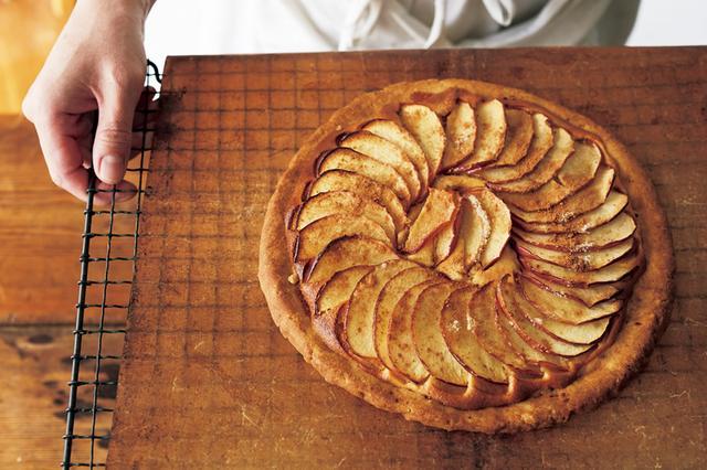 画像: 「りんごの型いらずタルト」は、タルト生地もアーモンドクリームもボールの中で混ぜるだけ。菜種油を使ったタルト生地は、冷蔵庫でねかせる必要がなく、そのまま型いらずで成形できる扱いやすさも魅力です。