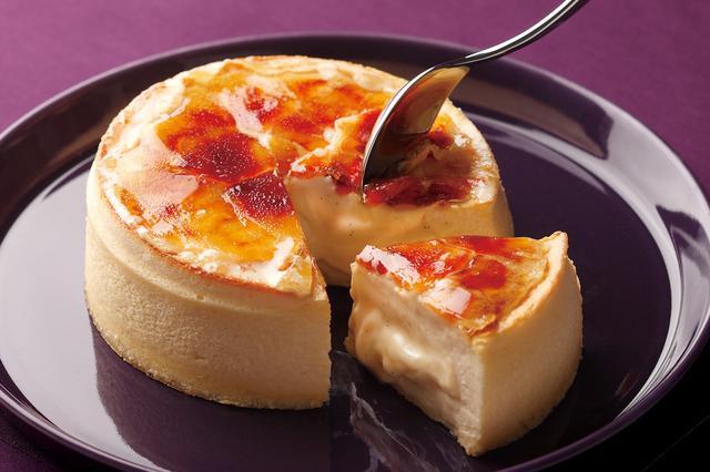 画像: クレーム・フォンデュ NeufNeuf(ヌフヌフ)の人気No.1商品。九州産牛乳を使用したとろとろのクレームパティシエールをクリームチーズを使ったふわふわのスフレでとじこめました。仕上げに表面を香ばしくキャラメリーゼした新感覚のスイーツです。 価格: 1,728円(税込)/ 直径12cm