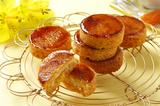 画像: ガレットブリュレ バターの風味豊かなフルーツガレットを、香ばしくキャラメリゼした焼き菓子。生地に混ぜ焼き上げた7種のフルーツ…アプリコット・オレンジ・アップル・パイナップル・マンゴー・パパイア・パッションフルーツが味のアクセントになっています。 思わず手に取りたくなるブック型パッケージが手土産にぴったり。普段使いのギフトにもおすすめです。 価格: 4個入り648円、8個入り1,188円(税込)