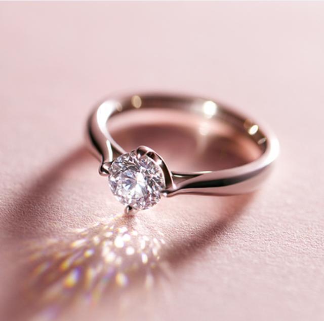 画像: 「アンティアーレ antiare」 素材:Pt950 カラット:0.83ct 2017年1月21日に発売されたアイプリモの最新作婚約指輪。昔と異なり、特別な日だけでなく日常使いができる婚約指輪を求める女性が多いため、ダイヤモンド部分の高さが出ることによって生じる引っかかりを、極力抑えたデザインに仕上げました。またオーソドックスな6本爪ではなく、4本爪で留めることで、センターダイヤにかかる爪の面積が少なくなり、光が溢れこぼれるような輝きを放つのが特徴です。