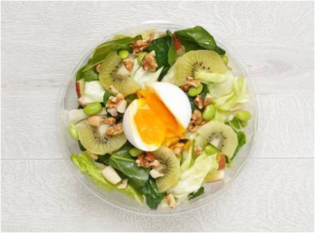 画像: 〈2月25日(土)~3月3日(金)まで提供〉 グリーンで統一されたサラダに真っ白なポーチドエッグがのったインパクト満点のパワーサラダです。軽く炒めたキャベツにコクのある卵がからまると、まろやかな味わいに。ドレッシングはやさしい酸味が食欲をそそる「キユーピー 玉ねぎと白ぶどうドレッシング」を合わせました。