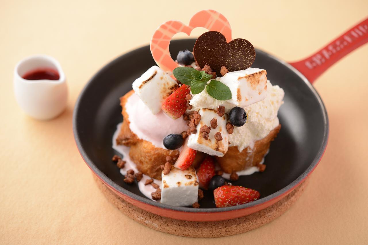 画像: ホワイトベリーパンペルデュ 1,500円(税込) ストロベリーアイスクリームとマスカルポーネクリームをのせて、軽く焦げ目をつけた自家製マシュマロをトッピングしたフレンチトーストです。チョコレートでコーティングをしたカリカリのナッツが良いアクセントです。仕上げに甘酸っぱいラズベリーソースをかけてお召し上がりください。