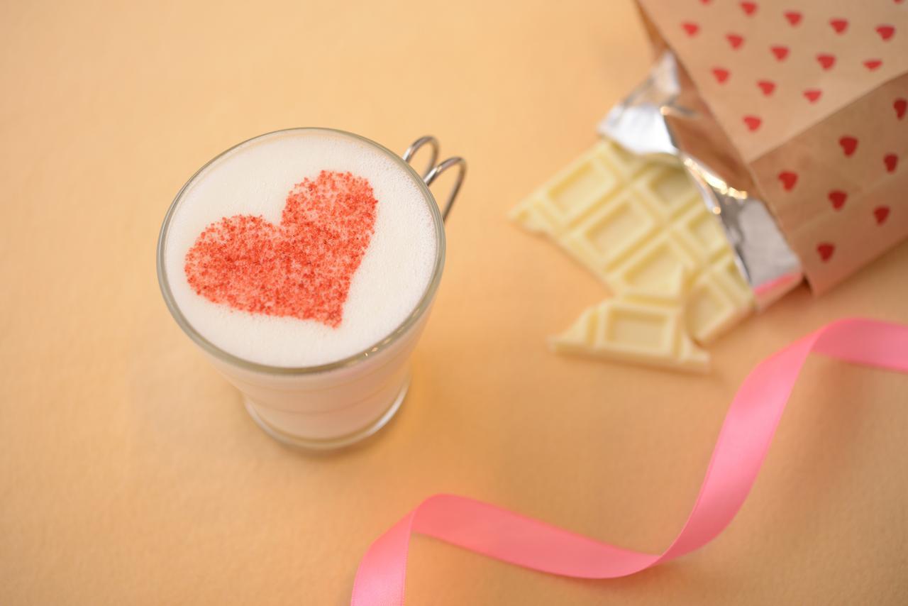 画像: ホットホワイトチョコレート 800円(税込) ミルキーなホワイトチョコレートをミルクと一緒に泡立てながら溶かし、ストロベリーナッツパウダーでハートを施した可愛らしいホットドリンクです。