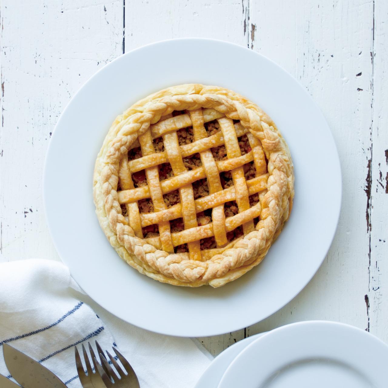 画像: 商品説明:サクサクのパイ生地にホワイトソースとたっぷりの野菜のミートソースを詰めました。 お好みでパイ生地を三つ編みに飾り付けると食卓がより華やかに。 価格/規格: 1,880円(税抜) 3-4人前 www.oisix.com