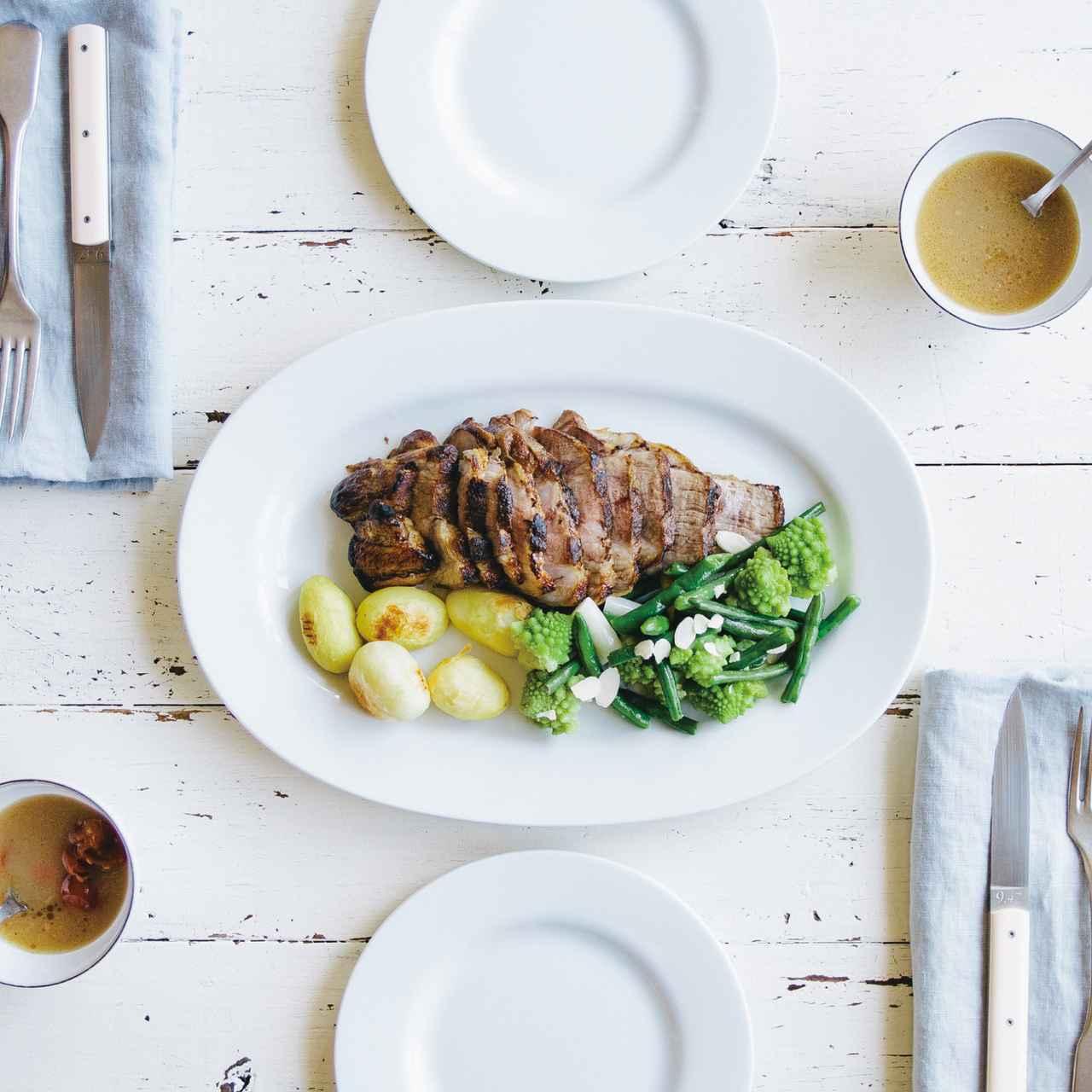 画像: 商品説明:豚肩ロースのブロック肉をフライパンでじっくり蒸焼きにし、 ホワイトアスパラやロマネスコとともに、グレイビーソースをかけて。 価格/規格: 2,980円 (税抜) 3-4人前 www.oisix.com