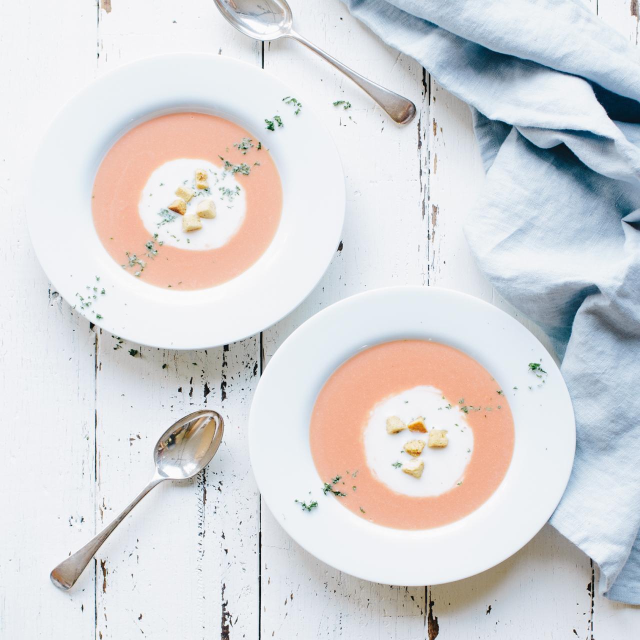 画像: 商品説明:ビーツの入った春色ピンクのポタージュにホワイトソースを加えて 2色の輪っかに盛り付けた見た目もキュートなポタージュ 価格/規格: 780円(税抜) / 3-4人前 www.oisix.com