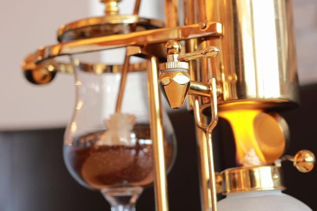 画像1: 世界的にも珍しいコーヒー抽出法『横式サイフォン』