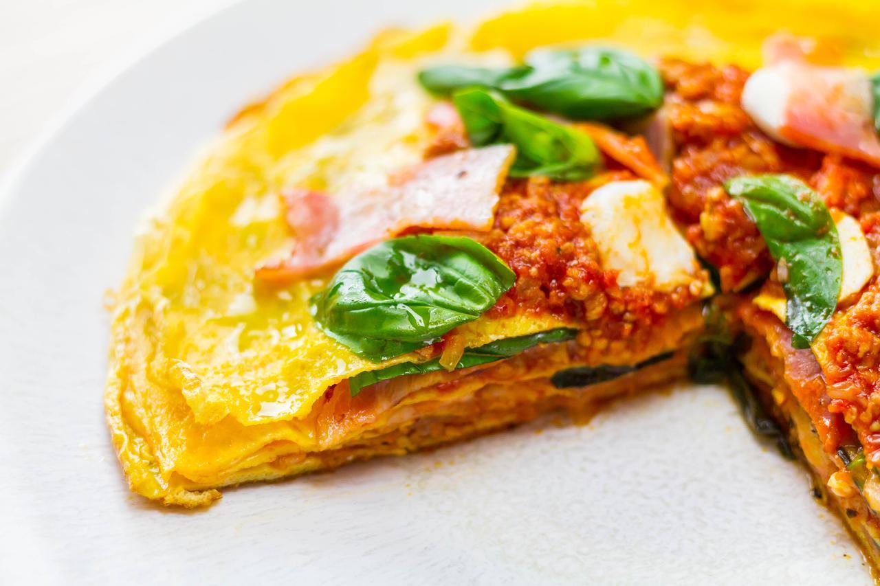 """画像: 薄焼きタマゴ、ミートソース、ベーコン、とろけるチーズをミルフィーユのように重ねていきます。切り分けをした際のレイヤーがきれいなタマゴ料理。食感が楽しめる""""なんちゃって""""ビザです。"""