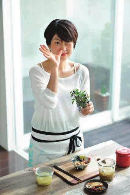画像: 山脇りこプロフィール 料理家。東京・代官山で料理教室『リコズキッチン』を主宰。旬の自家製のクラスやだしの教室も人気。長崎の旅館で生まれ、四季折々のしつらえと食材、美しい花、器に囲まれて育つ。なんでもつくる家だったことから自家製マニアに。旅好きで、世界&日本各地の市場や生産者を訪ねて、土地に根ざした味を探すことをライフワークにしている。醬油、味噌、酢などの蔵をまわる調味料マニアでもある。著書は『一週間のつくりおき』(ぴあ)、『明日から、料理上手』(小学館)、『もてなしごはんのネタ帖』(講談社)など多数。 オフィシャルサイト http://rikoskitchen.com オフィシャルブログ http://rikoskitchen.com/blog/ (←『いとしの自家製』への思いがたくさん!)