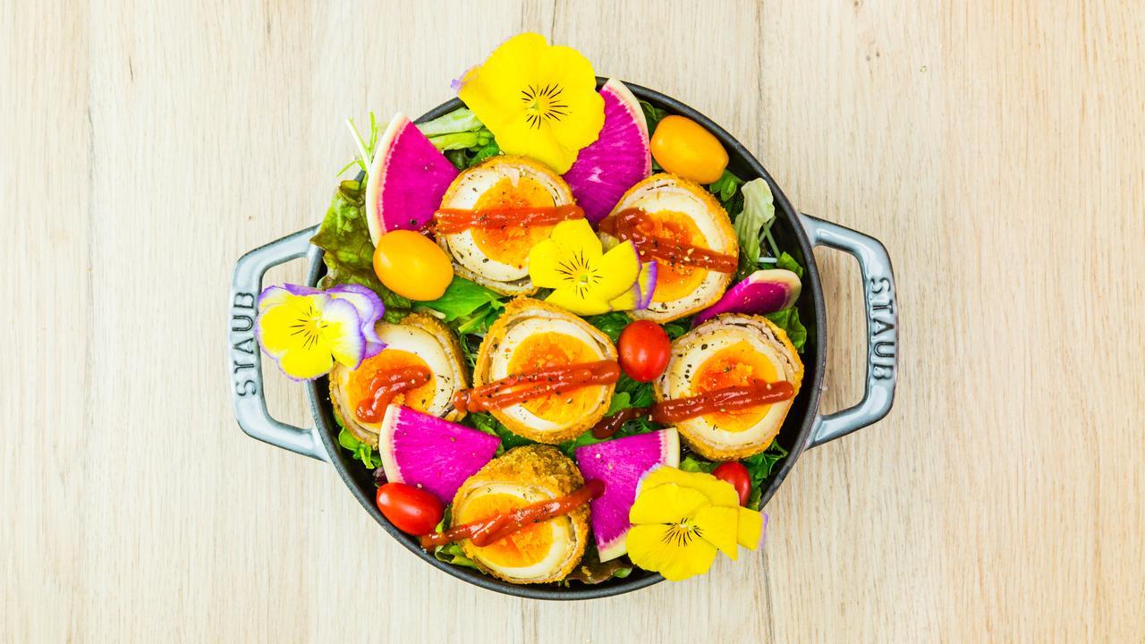 画像: 味付けタマゴにひき肉、豚バラ肉をまいてフライにしたものです。味付けタマゴを使うことでコクが増すので、大人にも子どもにもおいしい一品です。春らしいお花を添えて、サーブすれば、お花畑のようです。