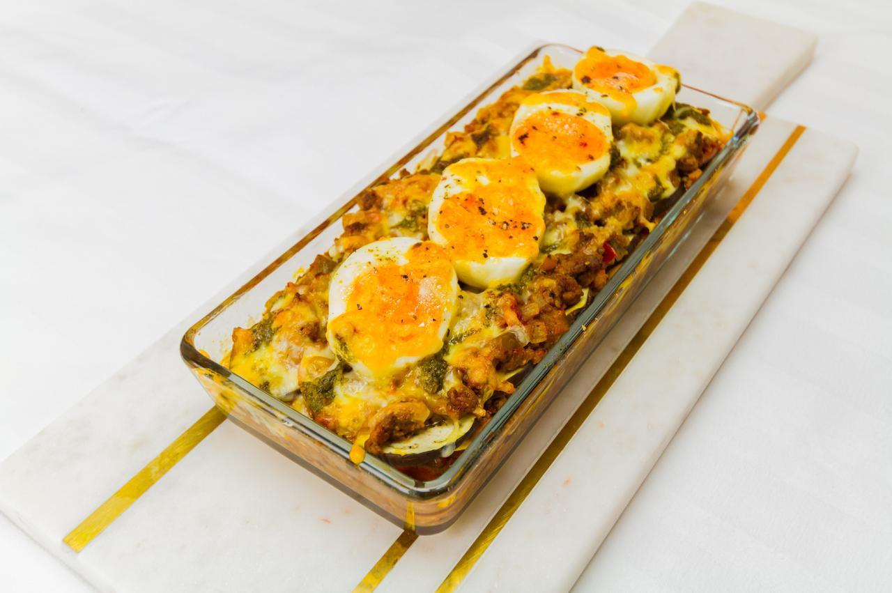 画像: イースターらしく、ゆでタマゴをトッピングした色鮮やかなラザニアです。シンプルで簡単。15分あれば作れちゃうラザニアレシピ。たまごとチーズ、ミートソースの相性がたまりません!
